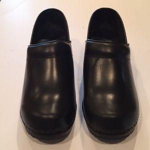 👩🔬L.L. Bean black leather clogs